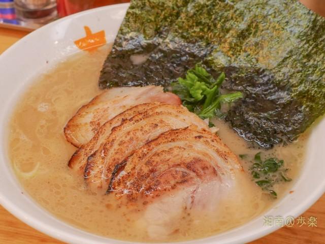 スープは多少の乳濁があり、かえしが とがってはいない