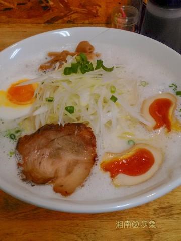 白葱 メンマ 青ネギ ロース焼き豚と白色スープ