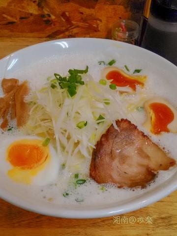 鶏がら野菜スープに塩と牛乳のブレンドだ