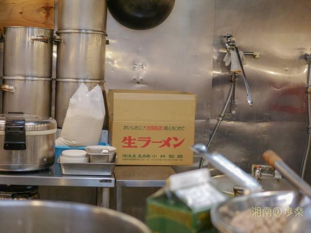 麺は黄色い中太麺。小林製麺製