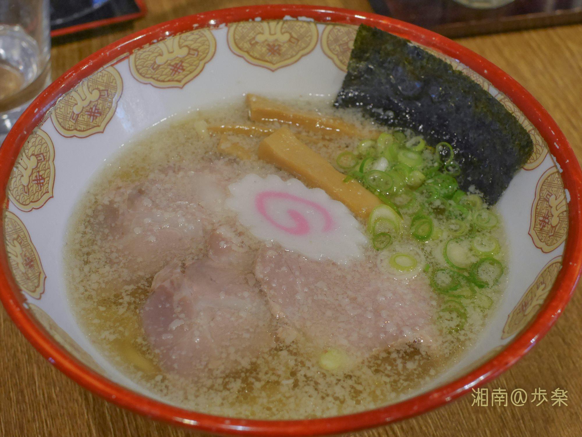 麺はツルツルの平打麺