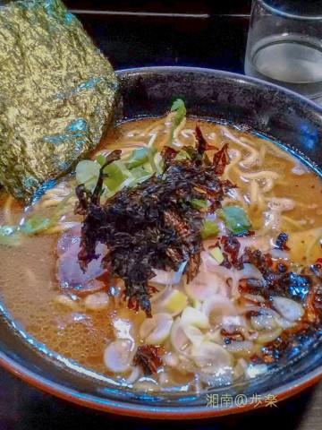 醤油が利いていて、中太麺固め 岩海苔の風味 焦がし葱の香ばしさがいい