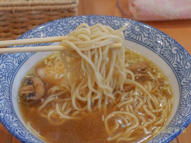 中太麺は、黄色を帯びている