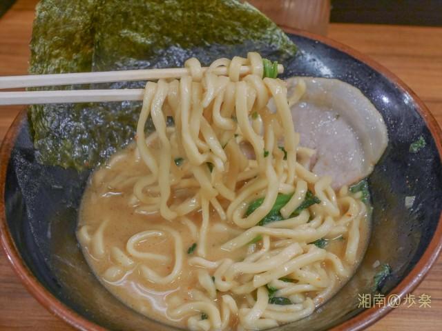 麺はショート太麺タイプ