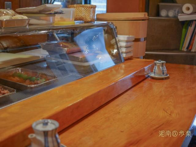 カウンターのみ6名程の昭和寿司店