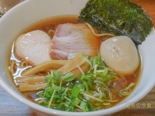 鶏出汁と鰹・鰹オイルのまるやかな醤油スープ