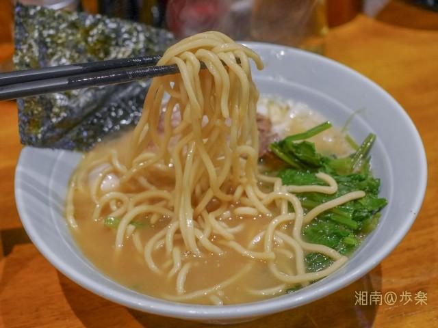 ストレート中太麺はやや食べにくい