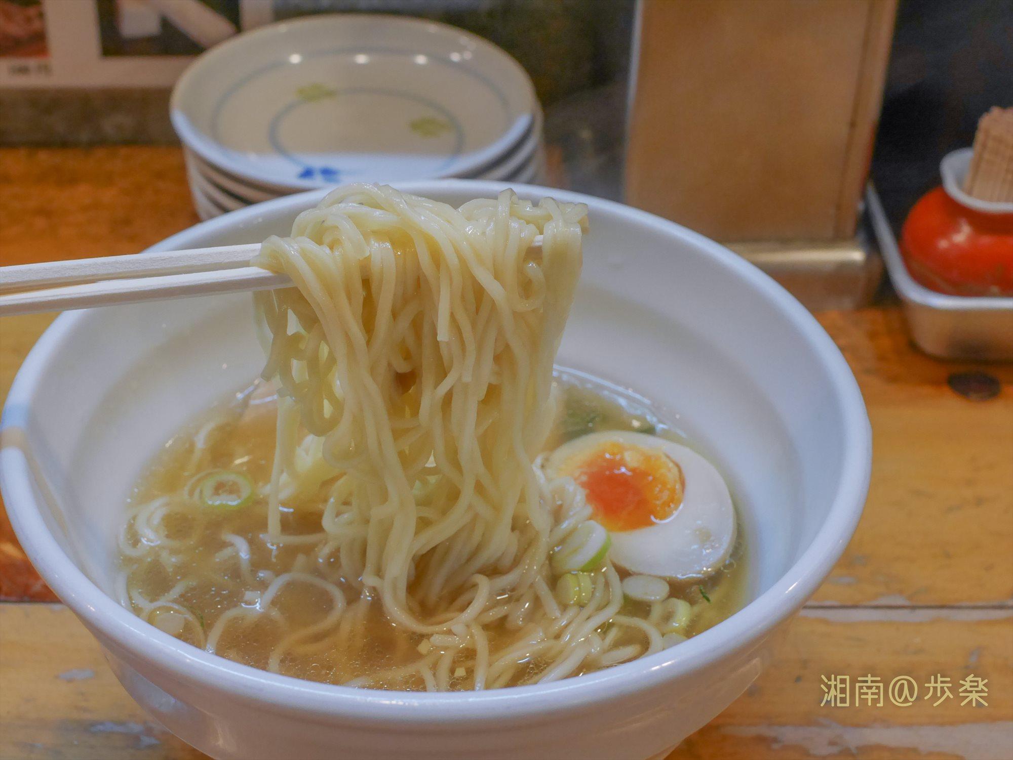 自家製麺の中太麺、ノーマルはやや柔らかめの茹で加減