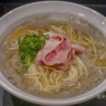 艶ピンクのレアチャーシューと刻み葱と灰汁というシンプルなビジュアル