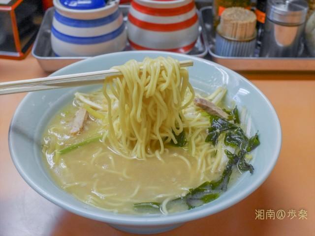 麺はストレート中太麺