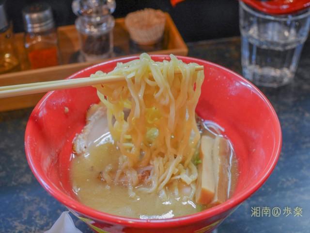 平打ちタイプの太麺が特徴