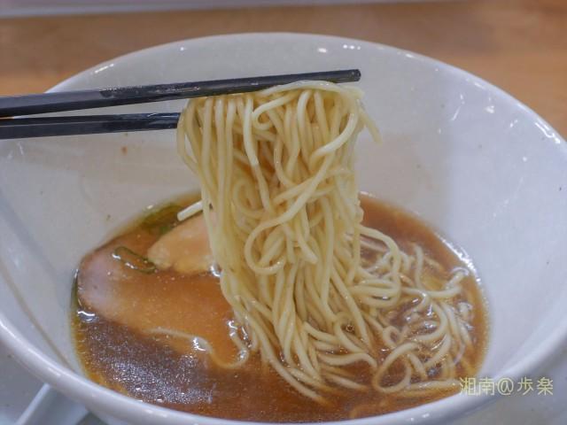 もちもち感と食感の良さのある中細麺は自家製