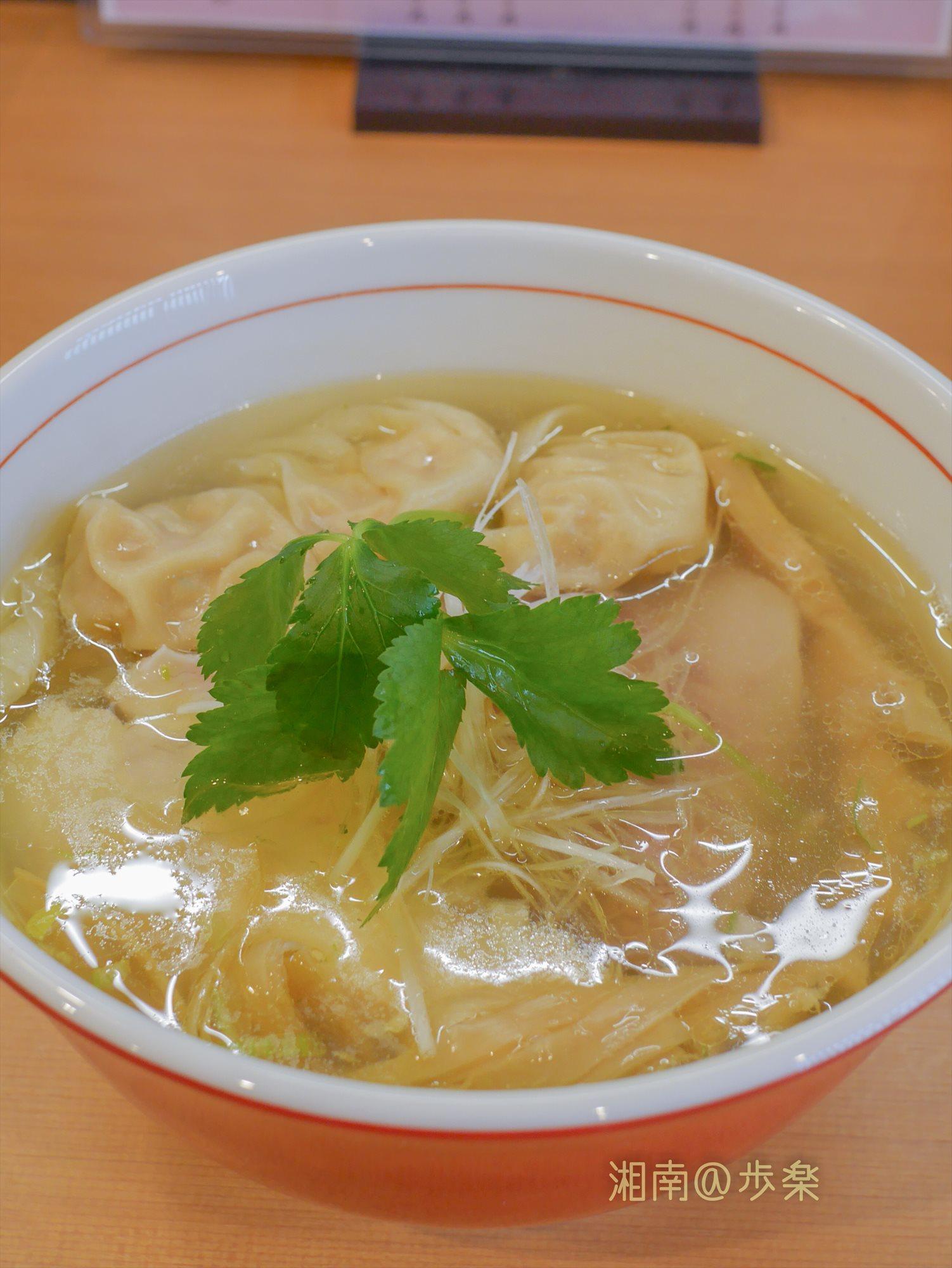 白髪葱と三つ葉・黄金スープのコントラストは美しい